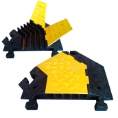 SH-R5690-45RL 橡膠轉彎線槽<P>規格:主體橡膠材質,黃色塑膠蓋板,轉彎角度:45度 ( 有分左右 )<P>內槽尺寸約3.5㎝*高5㎝ ( 誤差±3% ),重約20kg