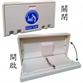 SH-BB01-A橫式尿布台<P>整體L:88.5㎝、W:10㎝、H:50.5㎝<P>檯面L:82.5㎝、W:43㎝,PE材質,標準負重23KG,最大荷重<50kG<P>裝設於牆面適當高度,平時檯面收入以節省空間,使用時將檯面往下開啟,使用完畢後有簡易式的油壓裝置輔助檯面回復。<P>檯面本身採中間低矮,兩旁隆起的微幅凹槽設計,中段並附有一條簡易式的安全帶以固定嬰幼兒避免滾落。<P>整體含箱重:10.8kg