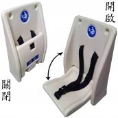 廁所嬰幼兒安全座椅<P>整體W:30㎝、H:46.5㎝、厚(深)度:14.5㎝<P>座椅W:24.5㎝、深度:25.5㎝,PE材質,標準負重23KG,最大荷重<50kg<P>裝設於牆面適當高度,平時座椅收入以節省空間,使用時將座椅往下開啟,座椅中間有微幅凹陷,並附有兩條簡易式的安全帶,可將嬰幼兒穩度的固定於安全椅上以避免摔落。<P>整體含箱重:3kg