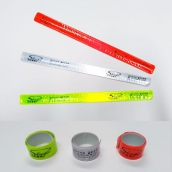 SH-403R 反光條警示條手環臂環-紅色<br> SH-403W 反光條警示條手環臂環-白色<br> SH-403YG 反光條警示條手環臂環-黃綠色<br> 反光條/警示條/手環/臂環<br> 材質:反光材料,矽鋼片<br> 尺寸:40cmx3cm,收納直徑約4~5cm<br>
