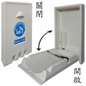 直式尿布台<P>整體L:55.5㎝、W:13.5㎝、H:90.5㎝<P>檯面L:85㎝、W:48.5㎝,PE材質,標準負重23KG,<P>裝設於牆面適當高度,平時檯面收入以節省空間,使用時將檯面往下開啟,使用完畢後有簡易式的油壓裝置輔助檯面回復。<P>檯面本身採中間低矮,兩旁隆起的微幅凹槽設計,中段並附有一條簡易式的安全帶以固定嬰幼兒避免滾落。<P>整體含箱重:12.3kg